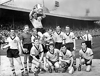 Fotball<br /> England historie<br /> Foto: Colorsport/Digitalsport<br /> NORWAY ONLY<br /> <br /> Bill Slater (captain) - Wolverhampton Wanderers. Holds aloft the FA Cup Trophy surrounded by his team mates. Wolverhampton Wanderers v Blackburn Rovers FA Cup Final 7/5/60.