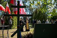 Bialystok, 09.05.2020. 75. rocznica zakonczenia II Wojny Swiatowej na cmentarzu zolnierzy radzieckich. Uroczystosc Dnia Zwyciestwa zostala zorganizowana przez Rosyjskie Stowarzyszenie Kulturalno-Oswiatowe. Ze wzgledu na epidemie koronawirusa w uroczystosci wzielo udzial kilkanascie osob. N/z panichida - modlitwa za zmarlych fot Michal Kosc / AGENCJA WSCHOD