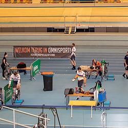 30-04-2020: Wielrennen: persmoment KNWU: Apeldoorn <br />De KNWU baanselectie trainende vandaag voor de eerste keer op de baan met inachtneming van het Corona protocol. De renners zijn allemaal op ruim 1,5 meter van elkaar gezet. In de foto Laurine van Riessen, Mathijs Buchli, Shanne Braspennincx, Roy van den Berg, Jeffrey Hoogland, Sam Ligtlee