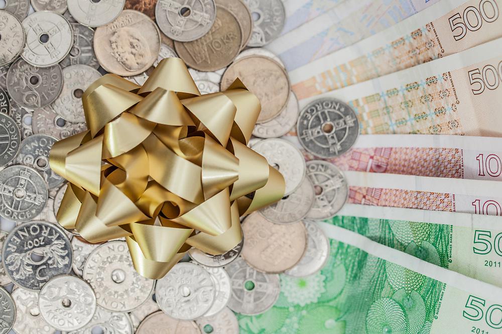 Penger og gaverosett, som symbol på pengegave.