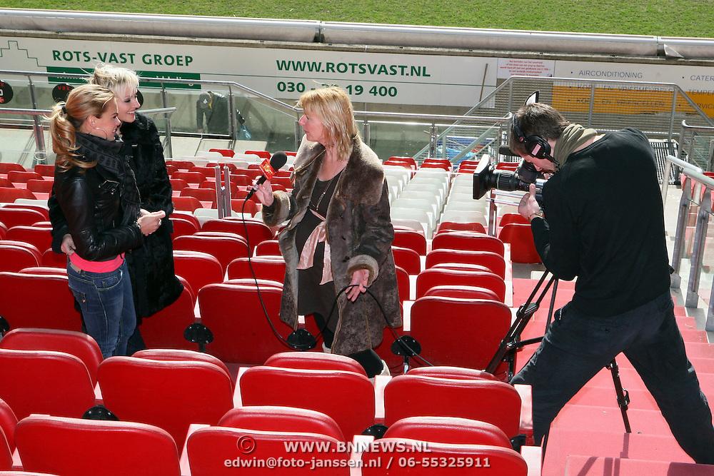 NLD/Utrecht/20080303 - Perspresentatie cast Voetbalvrouwen 2008, cast word geinterviewd door SBS Schownieuws