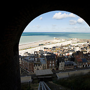 Frankrijk, France, Normandie, Le Treport, 16 oktober 2008 20081016 Foto: David Rozing Franse badplaats Le Treport, transport via een gondel naar de top van de krijtrotsen. Uitzicht vanuit gondel op le Treport en zee.  .French village Le Treport at the normandian coast, Transport witj an elevator to the visiting sight seeing/ panorama point..Foto: David Rozing