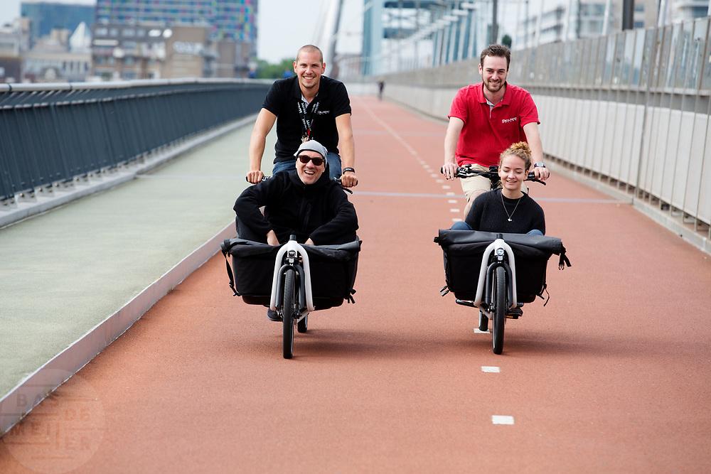 In Nijmegen rijden fietsers met passagiers in de bakfiets over de Snelbinder, de fietsbrug tussen Nijmegen en Lent.<br /> <br /> In Nijmegen people ride with passengers in the cargo bike.