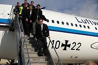 20 NOV 2003, NEW YORK/USA:<br /> Gerhard Schroeder, SPD, Bundeskanzler, steigt - gefolgt von BKA Personenschuetzern - bei starkem Seitenwind die Gangway hinunter, Im Hintergrund: Airbus A310 der Flugbereitschaft der Bundesluftwaffe, John-F-Kennedy-Airport<br /> IMAGE: 20031120-02-017<br /> KEYWORDS: Gerhard Schröder, U.S.A., Reise, Flugzeug, plane