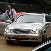 NLD/Laren/2005005 - Begrafenis Roy Beltman, de dominee stapt in een mercedes