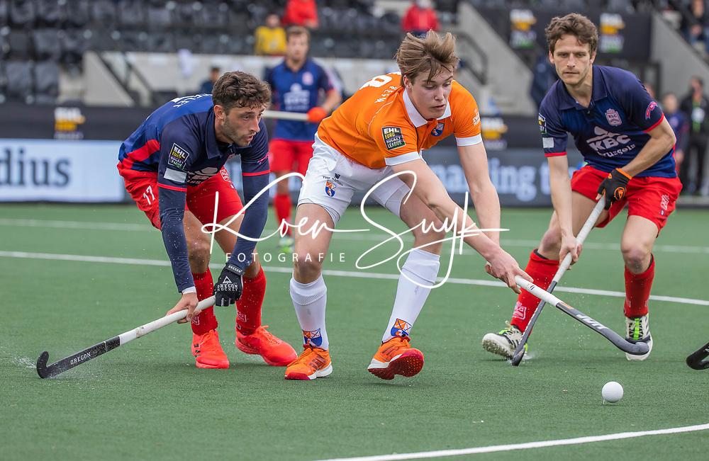 AMSTELVEEN -  Casper van der Veen (Bldaal) met Nicolas Poncelet (Leopold)  en Jean-Baptiste Forgues tijdens de halve finale wedstrijd mannen EURO HOCKEY LEAGUE (EHL),  HC Bloemendaal- Royal Leopold Club (Bel)(1-1) Bloemendaal wint shoot outs en plaatst zich voor de finale.  COPYRIGHT  KOEN SUYK