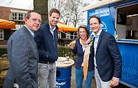 TILBURG - De tweede editie van de ING Private Banking Golfweek vindt plaats van 7 tot en met 9 juli op golfclub Prise d'eau in Tilburg. Een evenement voor jong en oud waarbij kijken, beleven en zelf doen centraal staan en de toegang gratis is. Dit unieke evenement waar topsport en breedtesport samenkomen is op 6 april aangekondigd op golfclub Prise d'eau. Robert-Jan Derksen introduceerde dé golf experience van Nederland. Jeroen Stevens, Emilie Fokker , Daniel Steven Sedee, Sportsponsoring ING FOTO KOEN SUYK