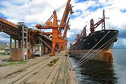 Paranagua,PR,Brasil. 23/03/2004.Porto de Paranagua em greve. Navio cargueiro e guindastes ao fundo./ Paranagua Port in Strike. Cargo ships..Foto Marcos Issa
