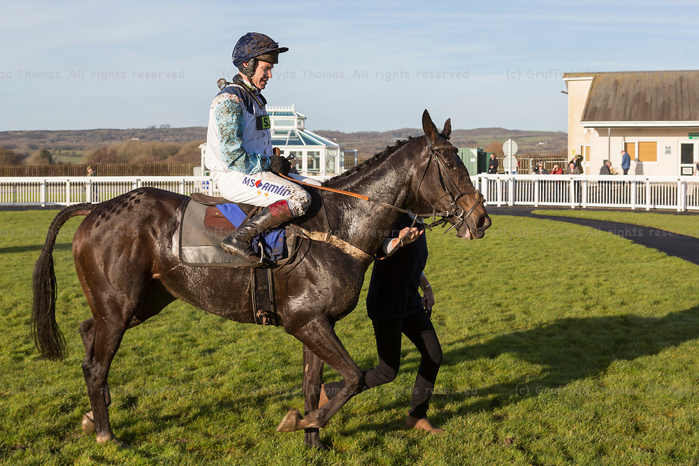 Ffos Las, Trimsaran, Carmarthenshire, Wales, UK. Monday 18th December 2017. Looksnowtlikebrian (ridden by Richard Johnson) after winning the Celtic Energy Chase