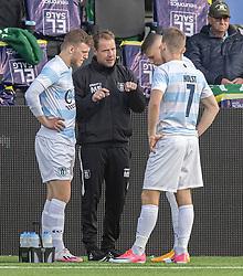 Cheftræner Morten Eskesen giver instruktioner til Teddy Bergqvist, Frederik Juul Christensen og Anders Holst under kampen i 1. Division mellem FC Helsingør og Kolding IF den 24. oktober 2020 på Helsingør Stadion (Foto: Claus Birch).