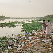 Near the Shamshan Ghat. Hindu come to offer their prayers to the Yamuna.