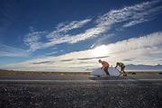 Karen Darke rijdt een nieuw wereldrecord met handbiken tijdens de derde racedag. In Battle Mountain (Nevada) wordt ieder jaar de World Human Powered Speed Challenge gehouden. Tijdens deze wedstrijd wordt geprobeerd zo hard mogelijk te fietsen op pure menskracht. De deelnemers bestaan zowel uit teams van universiteiten als uit hobbyisten. Met de gestroomlijnde fietsen willen ze laten zien wat mogelijk is met menskracht.<br /> <br /> In Battle Mountain (Nevada) each year the World Human Powered Speed Challenge is held. During this race they try to ride on pure manpower as hard as possible.The participants consist of both teams from universities and from hobbyists. With the sleek bikes they want to show what is possible with human power.