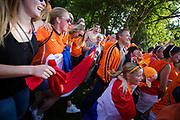 In Utrecht vieren supporters feest omdat het Nederlandse vrouwenvoetbalteam voor het eerst in de geschiedenis Europees kampioen geworden. De 'leeuwinnen' worden in park Lepelenburg in Utrecht gehuldigd.