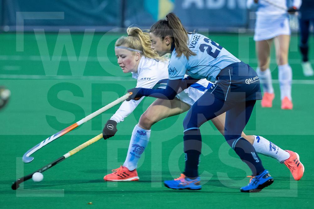 Laren, Hoofdklasse Hockey Dames, Seizoen 2020-2021, 15-04-2021, Laren - Kampong 2-1, Gabrielle Mosch (Kampong) en Djoeke Vogel (Laren)<br /><br /> COPYRIGHT WORLDSPORTPICS WILLEM VERNES