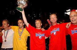 02-06-2003 NED: Huldiging bekerwinnaar FC Utrecht, Utrecht<br /> De spelers en de technische staf kregen een rondrit door de stad in een open Engelse dubbeldekker. Om 20.30 uur keert de stoet terug in Galgenwaard en zal in het stadion de officiële huldiging plaatsvinden / John van Loen, Foeke Booij, Igor Gluscevic