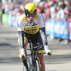 """06-05-2016: Wielrennen: Giro: Apeldoorn   <br />APELDOORN (NED) wielrennen      <br />De 99e ronde van Italie is van start gegaan met een tijdrit of 9,8 kilometer door de straten van Apeldoorn. De finishlijn was getrokken op de Loolaan.<br />Ploegleider Addy Engels had niet verwacht dat Primoz Roglic op een zucht van het eerste roze zou stranden.<br /> <br /> """"We hadden geen rekening gehouden met de kans dat Primoz deze proloog kon winnen"""", gaf hij aan. """"Hij gaf wel aan dat hij sterker is dan ooit, maar we weten nog niet zoveel van Primoz, dus we wisten ook niet wat dat betekende. Nu weten we dat wel en dat maakt het extra pijnlijk en bizar dat hij niet heeft gewonnen. Hij heeft de tijdrit van zijn leven gereden, maar houdt er geen roze trui aan over."""""""