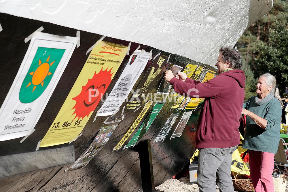 Wenige Tage nach Bekanntwerden des Umstands, dass der Salzstock im Wendland nicht weiter auf die Eignung als Atommülllager erkundet werden soll, feiern Atomkraftgegner das Aus für Gorleben nach 43 Jahren des Widerstands. Im Bild: Klaus Longmuss und Jutta von dem Bussche<br /> <br /> Ort: Gorleben<br /> Copyright: Andreas Conradt<br /> Quelle: PubliXviewinG