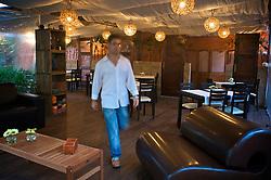 Situado em casarão construído em 1900 e tombado, o restaurante Chez Philippe distribui-se em salão principal para fumantes e não fumantes, além de andar superior voltado para a realização de festas, reuniões de negócios e coktails para até 40 pessoas. <br /> O Le Jardin é um dos diferenciais da casa por ser o recanto ideal para curtir um happy hour lounge e apreciar petiscos, sugestões de pratos e espumantes. FOTO: Jefferson Bernardes/Preview.com