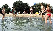 Nederland, Wijchen, 31-7-2004Kinderen spelen aan de rand van recreatieplas de berendonck. kwaliteit zwemwater, hitte, verkoeling, blauwalg, recreatie, zomer, kinderbad, zwemmen, zwemdiploma.Foto: Flip Franssen/Hollandse Hoogte