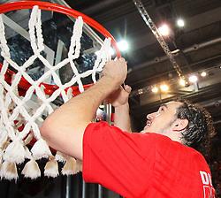 18.06.2011, Stechert Arena, Bamberg, GER, BBL, 5. Playoff Finale Brose Baskets Bamberg vs Alba Berlin, im Bild:.Predrag Suput (Bamberg #8) schneidet auf den Schultern on Tibor Pleiß / Pleiss (Bamberg #21) das Korbnetz ab.EXPA Pictures © 2011, PhotoCredit: EXPA/ nph/  Will       ****** out of GER / SWE / CRO  / BEL ******