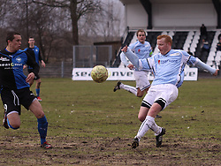 FODBOLD: Ronni Andersen (Helsingør) sparker væk foran Rytis Leliuga (HB Køge) under kampen i Danmarksserien, pulje 1, mellem HB Køge og Elite 3000 Helsingør den 1. april 2010 på Køge Stadion. Foto: Claus Birch