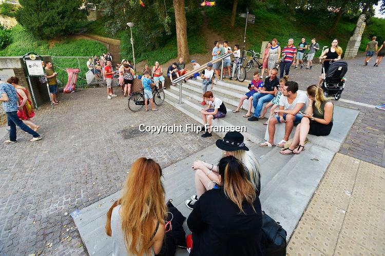 Nederland, Nijmegen, 27-8-2016Pokemon Go spelers bij de trappen naar de Waalkade bij het Valkhof. Zij laten nogal wat vuil achter.Door het grote aantal spelers online zijn de servers soms erg traag of vallen ze even uit .Foto: Flip Franssen