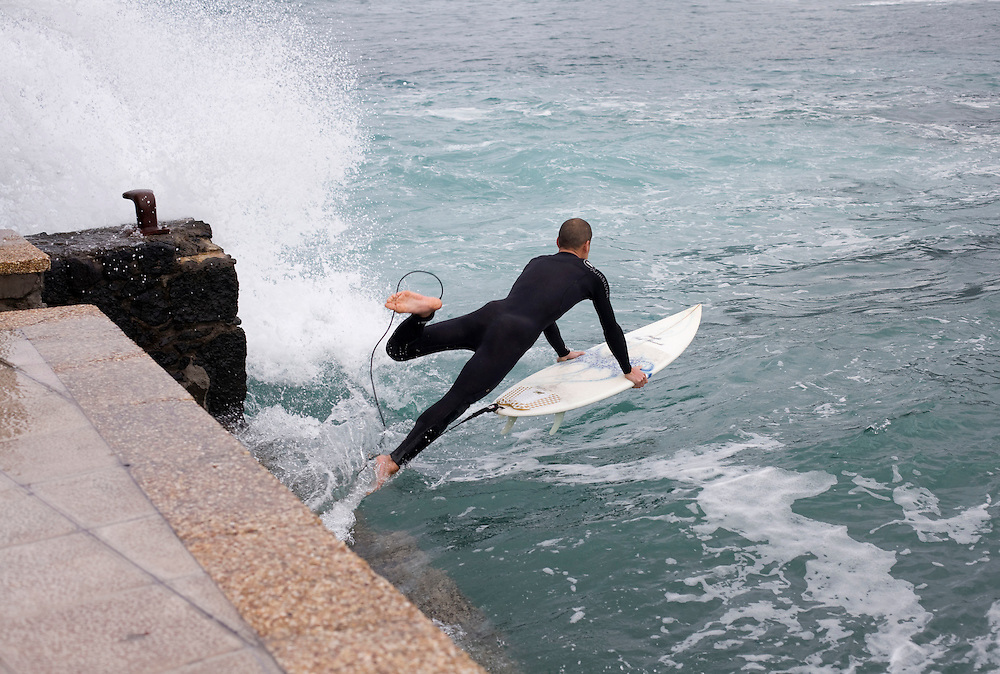 Surf en Caleta de Famara. Isla de Lanzarote.