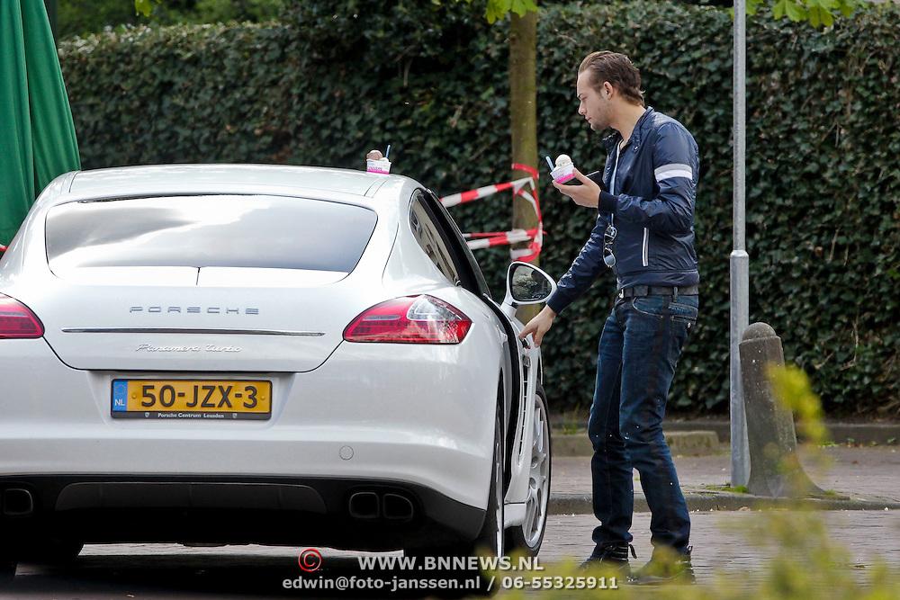 NLD/Laren/20100426 - Raoul van der Heijden, partner van Gordon Heuckeroth haalt een ijsje voor hem die in de auto wacht