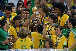 Equipe do Brasil comemora o título de campeão da Copa das Confederações 2013 contra a Espanha, no estádio Maracanã, no Rio de Janeiro. FOTO: Jefferson Bernardes/Preview.com