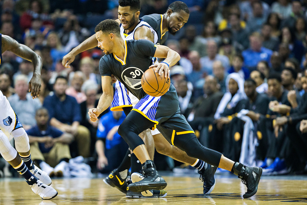 MEMPHIS, TN - DECEMBER 10:  Stephen Curry #30 of the Golden State Warriors drives against Andrew Harrison #5 of the Memphis Grizzlies at the FedExForum on December 10, 2016 in Memphis, Tennessee.  The Grizzlies defeated the Warriors 110-89.  NOTE TO USER: User expressly acknowledges and agrees that, by downloading and or using this photograph, User is consenting to the terms and conditions of the Getty Images License Agreement.  (Photo by Wesley Hitt/Getty Images) *** Local Caption *** Stephen Curry; Andrew Harrison
