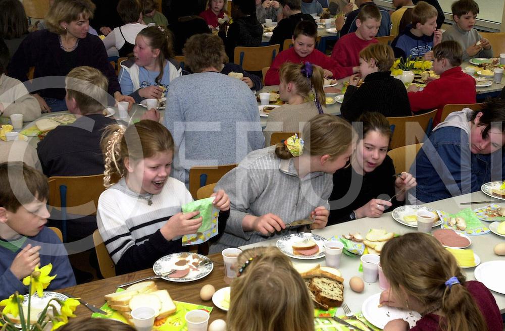 fotografie frank uijlenbroek@2001/Maurice Blok.010417 Ommen Ned.fu010417_06.De Johan Sekkelschool is heropend. De eerste dag na pasen daarom met de gehele school een ontbijtje