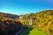 Dolina Prądnika, 2006-10-18. Maczuga Herkulesa i zamek w Pieskowej Skale