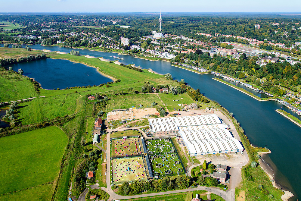 Nederland, Gelderland, Arnhem, 30-09-2015; zicht op de uiterwaarden van Meinerswijk. In het kader van het programma Ruimte voor de Rivier zijn delen van de uiterwaard afgegraven. Ook is het gebied opnieuw ingericht.<br /> View of floodplains and polder Meinerswijk, Arnhem to the right. The area has partly been excavated to create 'space for the river'.<br /> <br /> luchtfoto (toeslag op standard tarieven);<br /> aerial photo (additional fee required);<br /> copyright foto/photo Siebe Swart
