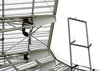GEPA-0606081275 - GENF,SCHWEIZ,06.JUN.08 - FUSSBALL - UEFA Europameisterschaft, Vorbereitung auf die EURO 2008, Nationalteam Portugal, Trainingslager in Genf, Abschlusstraining POR. Bild zeigt Arbeiten am Dach des Stade de Geneve. Keyword: Stadion.<br />Foto: GEPA pictures/ Walter Luger