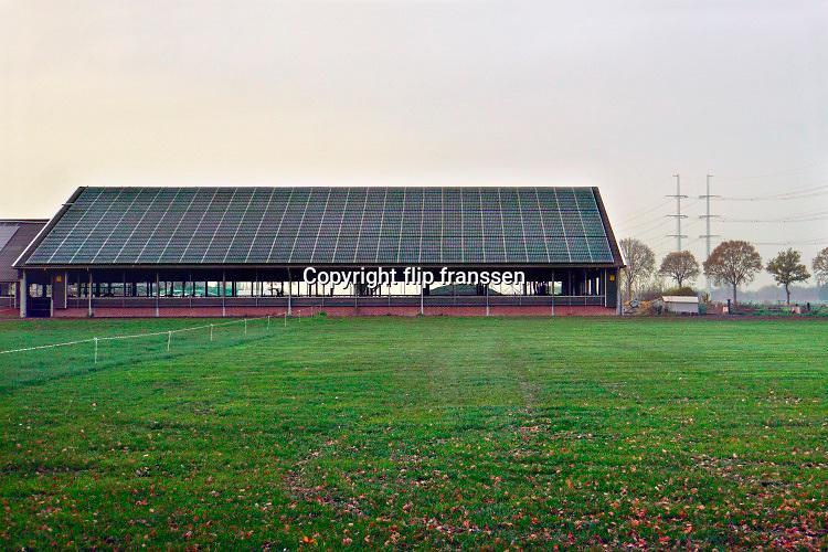 Nederland, Terborg, 11-11-2020  Zonnepanelen op het van asbest gesaneerde dak van de stal van een nieuwe, moderne melkveehouderij . Foto: ANP/ Hollandse Hoogte/ Flip Franssen