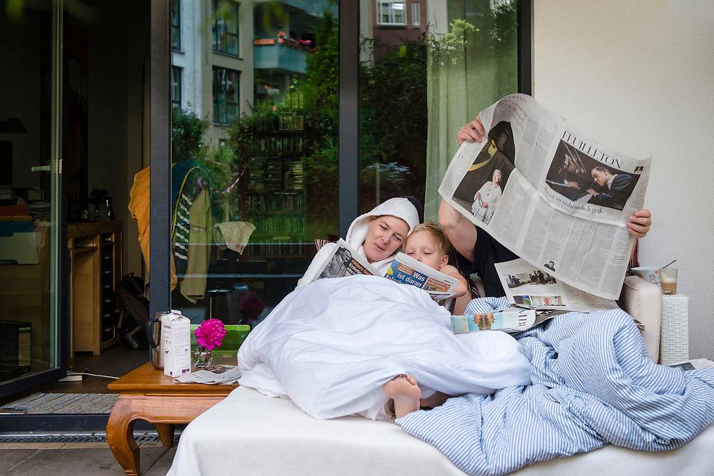 Annette ist drei Tage nach der Brustoperation wieder zuhause bei ihrer Familie