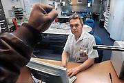 Nederland, Nijmegen, 4-2-2009Bezoeker aan de spoedeisende hulp van het Radboud ziekenhuis slaat agressief met zijn vuist tegen de extra versterkte ruit van de hulppost. De agressie tegen personeel in ziekenhuizen en bij hulpdiensten is een groeiend verschijnsel. Foto is in scene gezet.Foto: Flip Franssen/Hollandse Hoogte