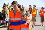 Teleurstelling bij de teamleden. Robert Braam valt met hoge snelheid tijdens een recordpoging met de VeloX V. Het Human Power Team Delft en Amsterdam (HPT), dat bestaat uit studenten van de TU Delft en de VU Amsterdam, is in Amerika om te proberen het record snelfietsen te verbreken. Momenteel zijn zij recordhouder, in 2013 reed Sebastiaan Bowier 133,78 km/h in de VeloX3. In Battle Mountain (Nevada) wordt ieder jaar de World Human Powered Speed Challenge gehouden. Tijdens deze wedstrijd wordt geprobeerd zo hard mogelijk te fietsen op pure menskracht. Ze halen snelheden tot 133 km/h. De deelnemers bestaan zowel uit teams van universiteiten als uit hobbyisten. Met de gestroomlijnde fietsen willen ze laten zien wat mogelijk is met menskracht. De speciale ligfietsen kunnen gezien worden als de Formule 1 van het fietsen. De kennis die wordt opgedaan wordt ook gebruikt om duurzaam vervoer verder te ontwikkelen.<br /> <br /> Robert Braam crashes at high speed with the VeloX V. The Human Power Team Delft and Amsterdam, a team by students of the TU Delft and the VU Amsterdam, is in America to set a new  world record speed cycling. I 2013 the team broke the record, Sebastiaan Bowier rode 133,78 km/h (83,13 mph) with the VeloX3. In Battle Mountain (Nevada) each year the World Human Powered Speed Challenge is held. During this race they try to ride on pure manpower as hard as possible. Speeds up to 133 km/h are reached. The participants consist of both teams from universities and from hobbyists. With the sleek bikes they want to show what is possible with human power. The special recumbent bicycles can be seen as the Formula 1 of the bicycle. The knowledge gained is also used to develop sustainable transport.