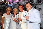 CD presentatie van Gewoon Gerard in Fabels Eten en Drinken in Bergen.<br /> <br /> Op de foto:  Gerard Joling krijgt de eerste CD van Rene Froger en Caroline Tensen , op de foto ook de moeder van Gerard , Janny Joling
