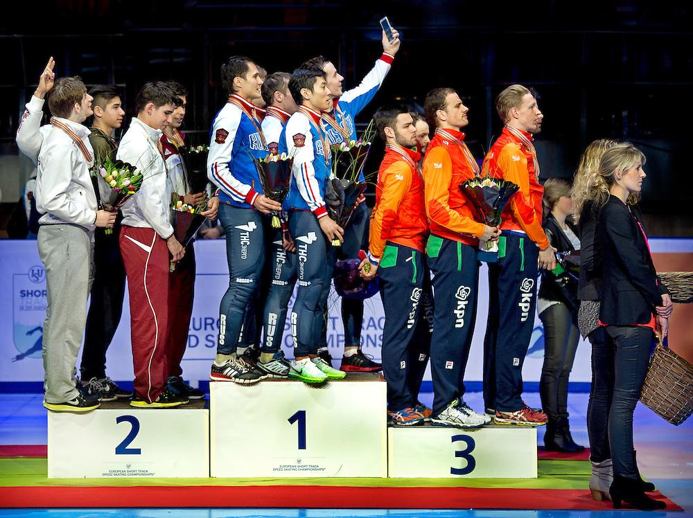 Nederland, Dordrecht, 25-01-2015.<br /> Short Track, Europees Kampioenschap.<br /> Finale 5000 meter Relay, mannen.<br /> Rusland eerste , Hongarije tweede en Nederland derde.<br /> OPMERKELIJK : Een rijder van de russische ploeg neemt tijdens het volkslied van Rusland een selfie. Een lid van de hongaarse ploeg maakt daarbij het V-teken.<br /> Foto: Klaas Jan van der Weij