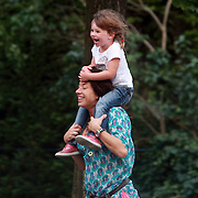 NLD/Amsterdam/20070801 - Amanda Krabbe - Beekman, haar vader, moeder en kinderen spelend in Amsterdam
