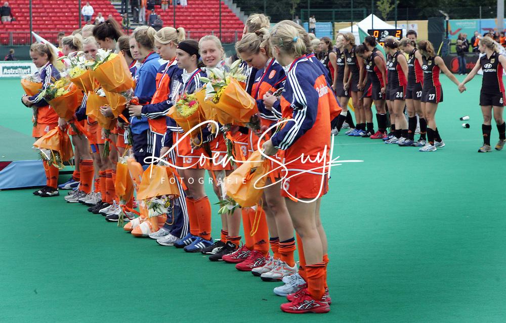 Op de voorgrond de Nederlandse dames met daarachter het Duitse team.