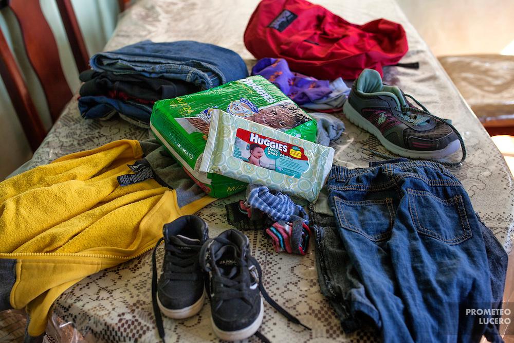 Rosi Aguilar muestra el equipaje que llevará los siguientes días cuando emprenda el viaje hacia los Estados Unidos desde Choloma, Honduras. (Prometeo Lucero)