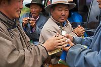 Mongolie, province de Ovorkhangai, Burd, la fete du Naadam, echange des tabatieres // Mongolia, Ovorkhangai province, Burd, the Naadam festival, snurffbox exchange