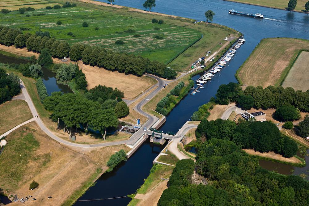 Nederland, Noord Brabant, Gemeente Waalwijk, 08-07-2010. Bovenlandse sluis, plaats waar het Afwateringskanaal 's-Hertogenbosch - Drongelen uitmond in de Bergsche Maas. Essentieel in de waterhuishouding van Brabant. Het kanaal is gegraven begin 20e eeuw ter vervanging van (en gedeeltelijk op de plaats van) de Baardwijksche Overlaat.Bovelandse sluis (sluice), where the drainage channel coming from 's-Hertogenbosch - flows into the Bergsche Maas. Essential for the water management of Brabant. The canal was dug early 20th century to replace (and partially in place of) an earlier spillway.luchtfoto (toeslag), aerial photo (additional fee required).foto/photo Siebe Swart.