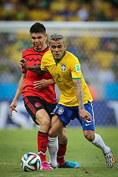 Daniel Alves lateral direito do Brasil disputa bola na partida entre Brasil x México, válida pela segunda rodada do grupo A da Copa do Mundo 2014. FOTO: Jefferson Bernardes/ Agência Preview