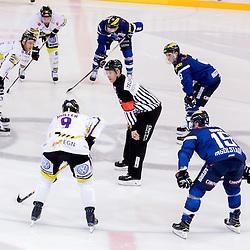19 Danny Irmen (Stuermer ERC Ingolstadt), 9 Brandon Buck (Stuermer ERC Ingolstadt), 8 Thomas Oppenheimer (Stuermer ERC Ingolstadt), 9 Marcel Mueller (Spieler Krefeld Pinguine), 84 Dragan Umicevic (Spieler Krefeld Pinguine), 96 Lukas Koziol (Spieler Krefeld Pinguine)<br />  beim Spiel in der DEL, ERC Ingolstadt (blau) -  Krefeld Pinguine (weiss).<br /> <br /> Foto © PIX-Sportfotos *** Foto ist honorarpflichtig! *** Auf Anfrage in hoeherer Qualitaet/Aufloesung. Belegexemplar erbeten. Veroeffentlichung ausschliesslich fuer journalistisch-publizistische Zwecke. For editorial use only.