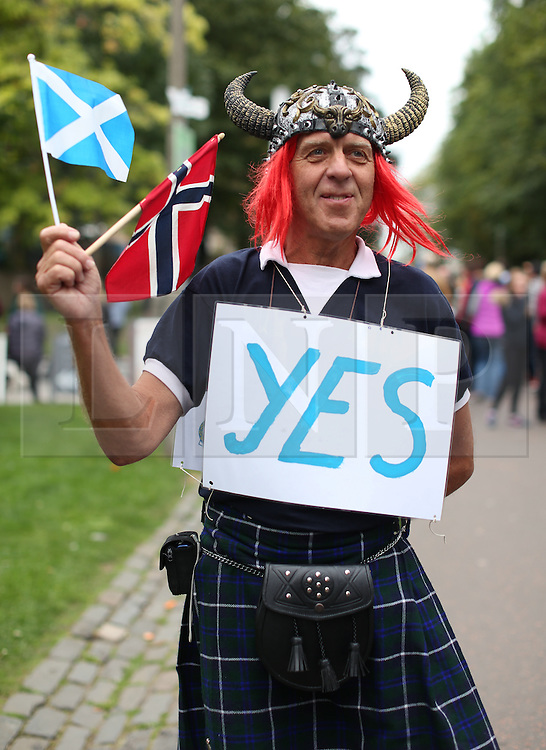 © Licensed to London News Pictures. 14/09/2014. Edinburgh, UK. Yes vote campaigners go out in force at the Meadows, Edinburgh, to gain new voters. With only  four days left to decide on the Scottish referendum, the latest polls give a mixed picture of opinions. Photo credit: Isabel Infantes / LNP