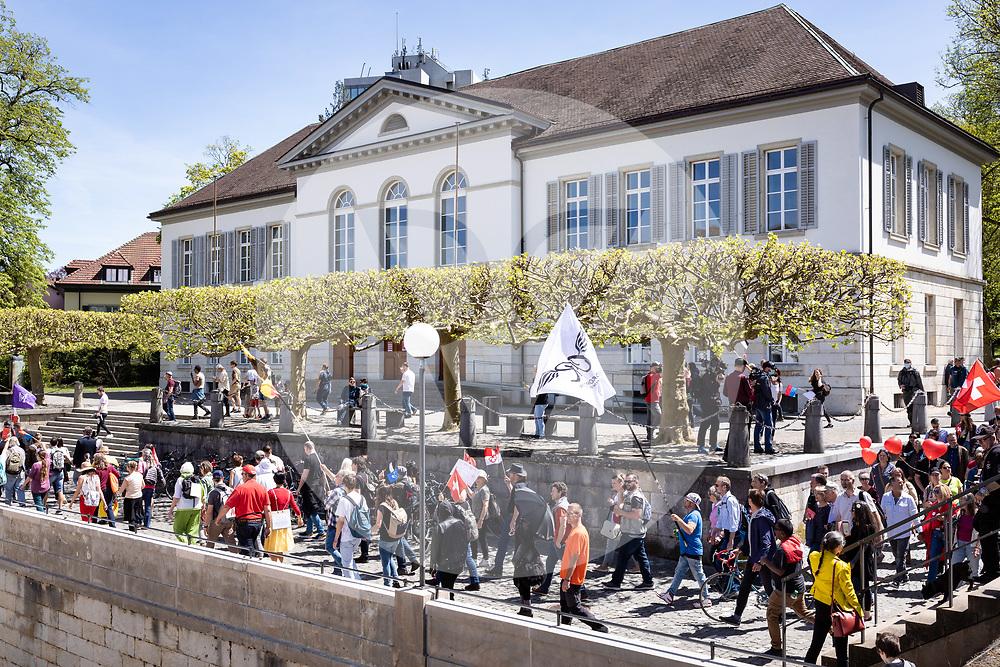 SCHWEIZ - AARAU - Eine unbewilligte Demonstration gegen die Coronamassnahmen und die Corona-Politik, gehen vor dem Grossratsgebäude vorbei. Zu dieser unbewilligten Demonstration wurde über die Sozialen Medien aufgerufen. Ursprünglich hat das 'Aktionsbündnisses Aargau-Zürich' (ABAZ) versucht in Aarau und Wettingen eine Demonstration anzumelden, beide wurden von den Behörden nicht bewilligt. - 08. Mai 2021 © Raphael Huenerfauth - https://www.huenerfauth.ch