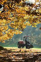 LOCHEM - Greenkeeper aan het werk.<br /> Herfst op de Lochemse Golfclub, De Graafschap. COPYRIGHT KOEN SUYK